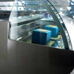 Ambra, vetrina pasticceria con vetro sferico a 45° e 90°