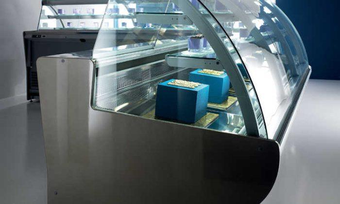 Ambra, vetrina pasticceria con vetro sferico